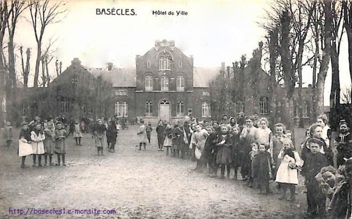 Elèves devant la maison et les écoles communales (<1910)